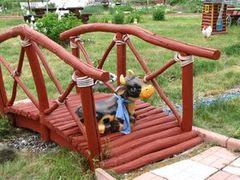 Как благоустроить пруд – строим мостик из дерева